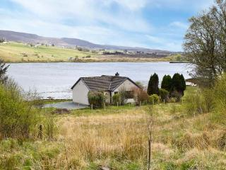 WOODLANDS COTTAGE, detached cottage on the banks of Loch Snizort, ground floor, open fire, beautiful views, near Portree, Ref 915282 - Portree vacation rentals
