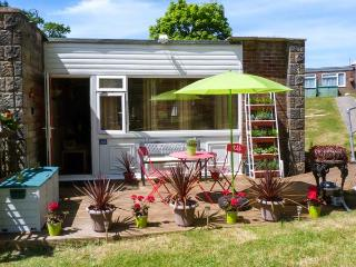 WOODLAND RETREAT, family-friendly cottage, swimming pool, tennis, play areas, close to beach, near Cowes, Ref 915611 - Wroxall vacation rentals
