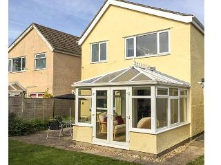 THE CWTCH, enclosed garden, good touring base, three bedrooms, conservatory, detached cottage in Pembroke, Ref. 918934 - Pembroke vacation rentals