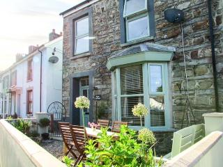 ROSE COTTAGE, end-terrace, open plan living area, front and rear courtyards, in Cardigan, Ref 919028 - Saint Dogmaels vacation rentals