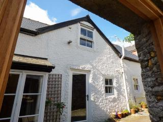 STABLE COTTAGE, quaint cottage off main street, parking, enclosed courtyard, in Kington, Ref 927814 - Kington vacation rentals