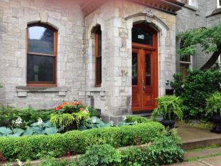 Beautiful Downtown Montreal 2 Bedrooms, Sleeps 6 - Westmount vacation rentals