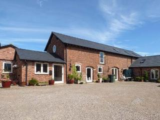 OAKLEIGH FARM, barn conversion, hot tub, pet-friendly, WiFi nr Ellesmere, Ref 925805 - Ellesmere vacation rentals
